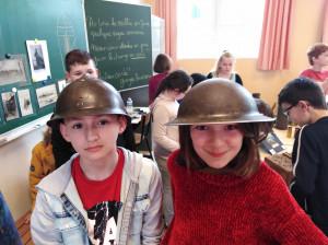 Après le képi de la police nationale, le casque militaire pour Vincenzo. Et Soa à l'heure anglaise avec ce casque-là !