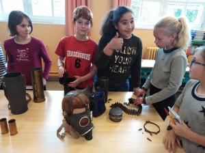 Sacha, Sidonie, Jade et Nessrine apprécient apparemment de pouvoir toucher aux objets.