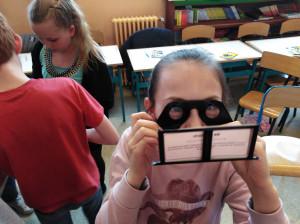 Daphné regarde une explosion en 3D grâce au stéréoscope.